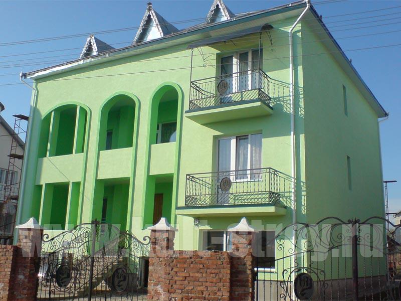 зеленый фасад дома