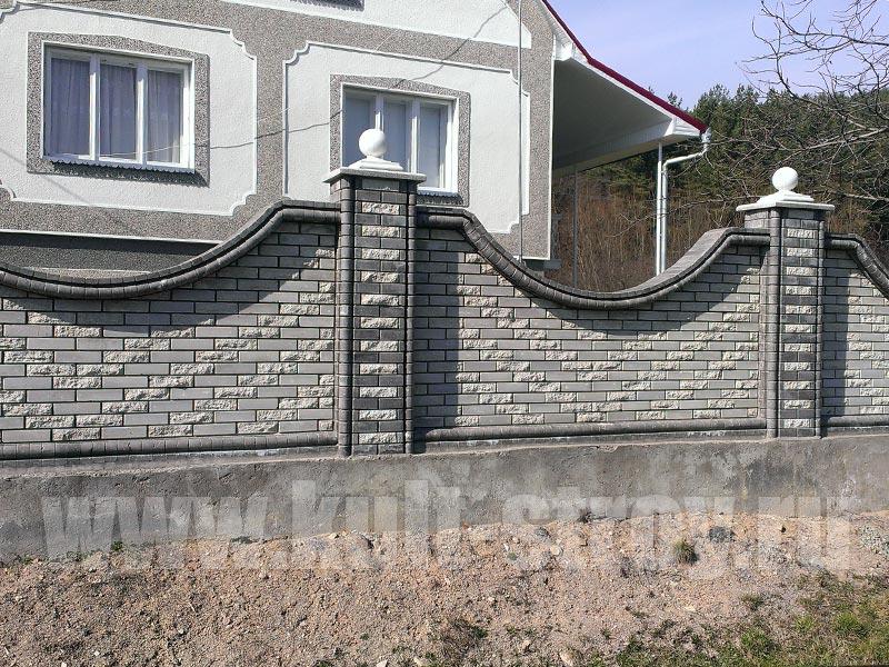 серый кирпичный забор