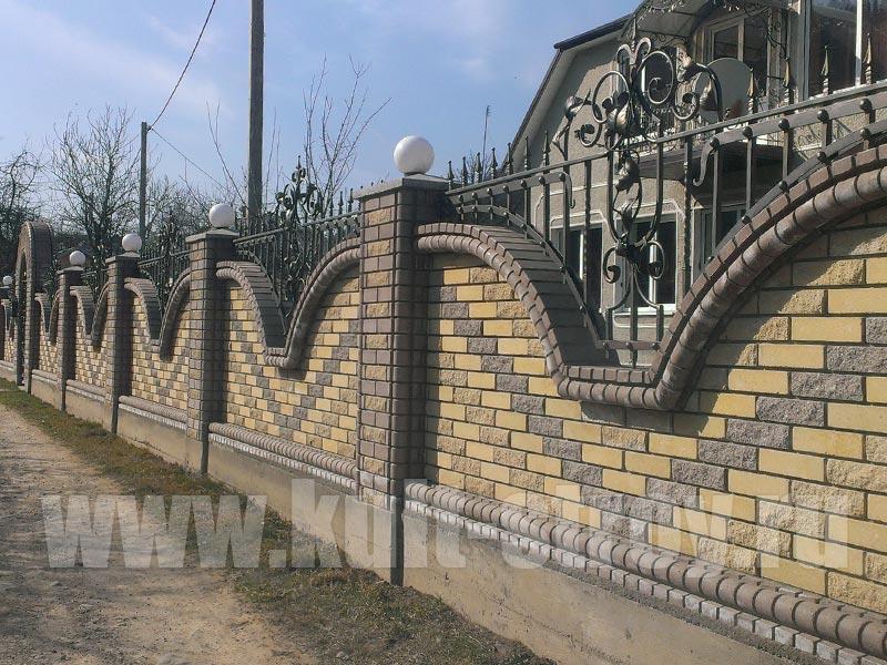 кирпичный забор волны с ковкой
