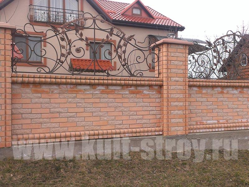 кирпичный забор с элементами художественной ковки