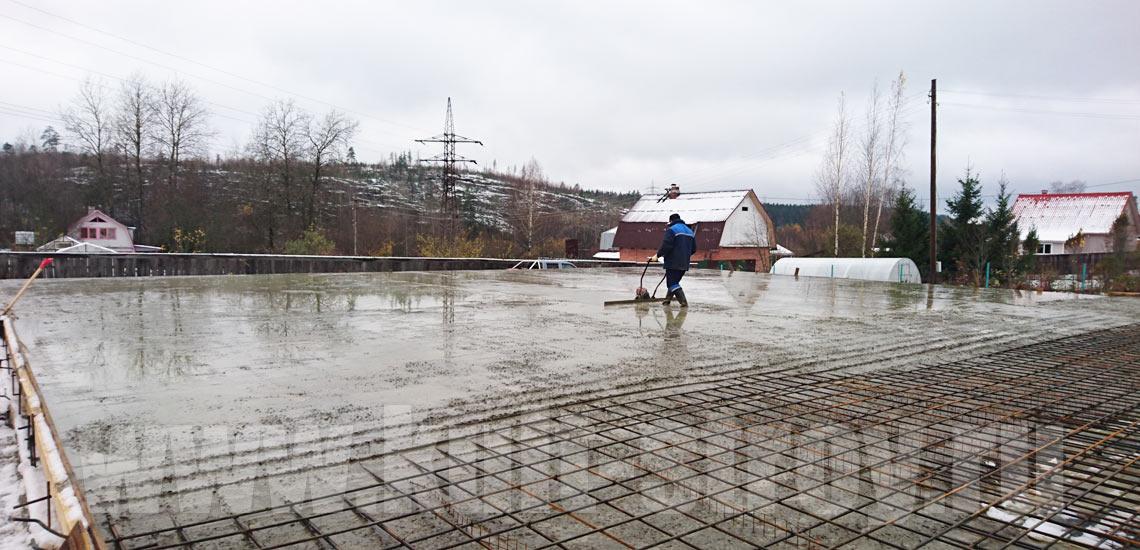 процесс выравнивания бетона