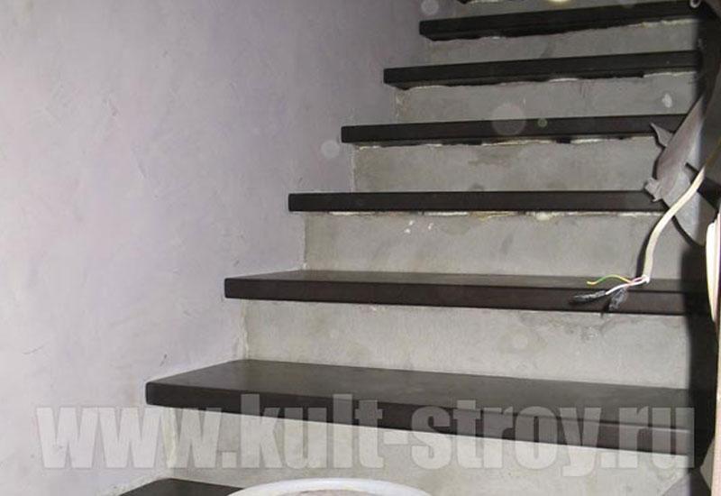 бетонная лестница с деревянными ступенями
