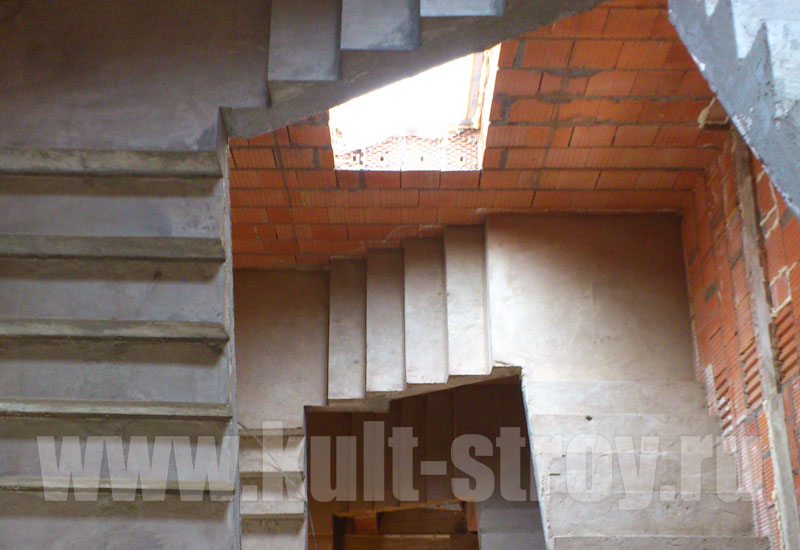 бетонная лестница в доме