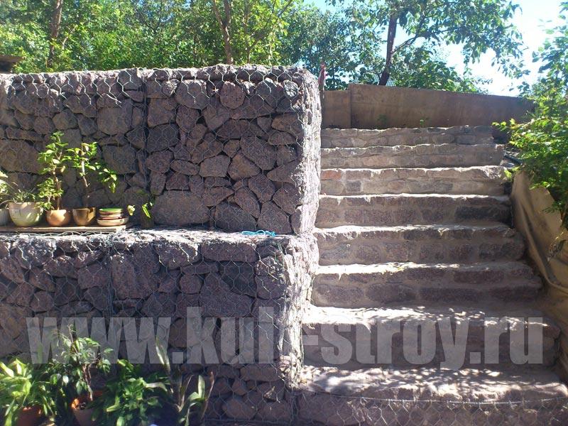 подпорная стена из камней с лестницой