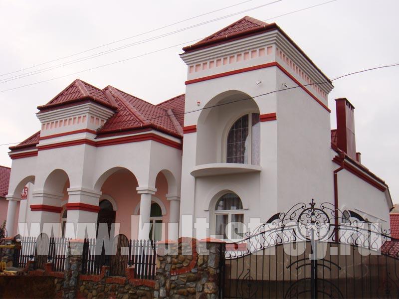дом с колоннами покрашенный в белый цвет
