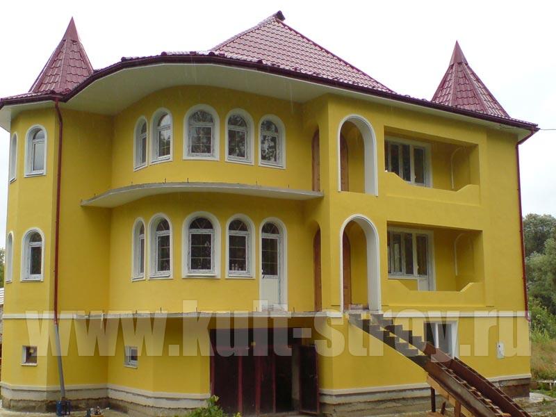 оштукатуренный и покрашенный в желтый цвет дом
