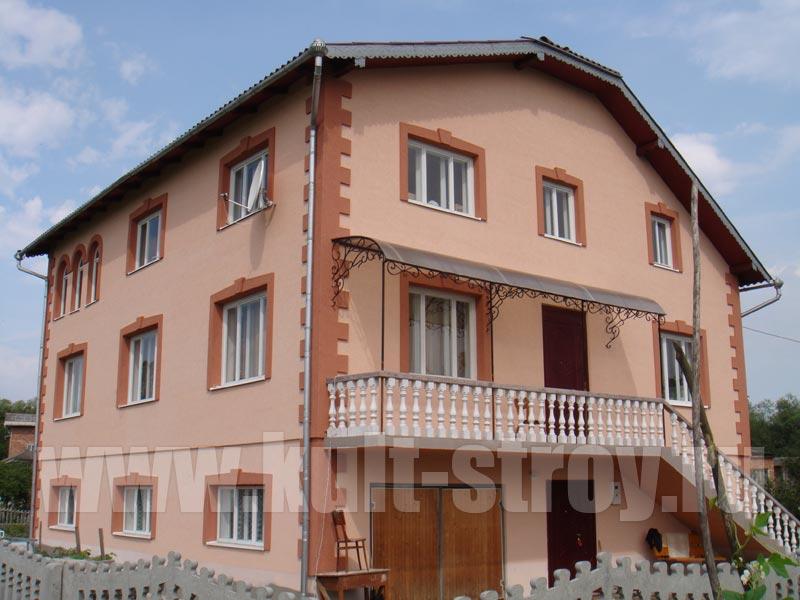 оштукатуренный и покрашенный фасад дома