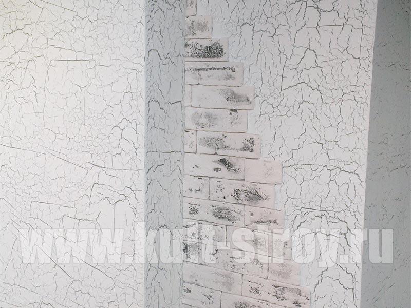 узоры на стене мансардного помещения