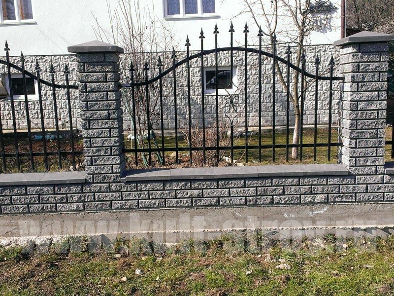 кирпчный забор с коваными прутьями